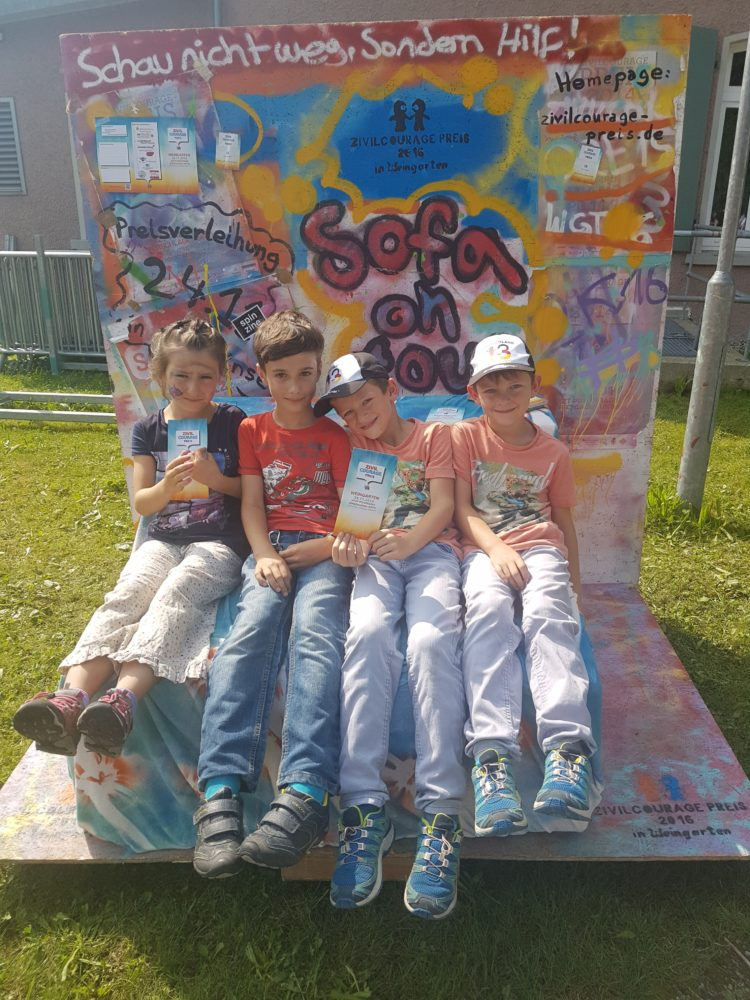 ZIVILCOURAGE-SOFA in MINI-WANGEN